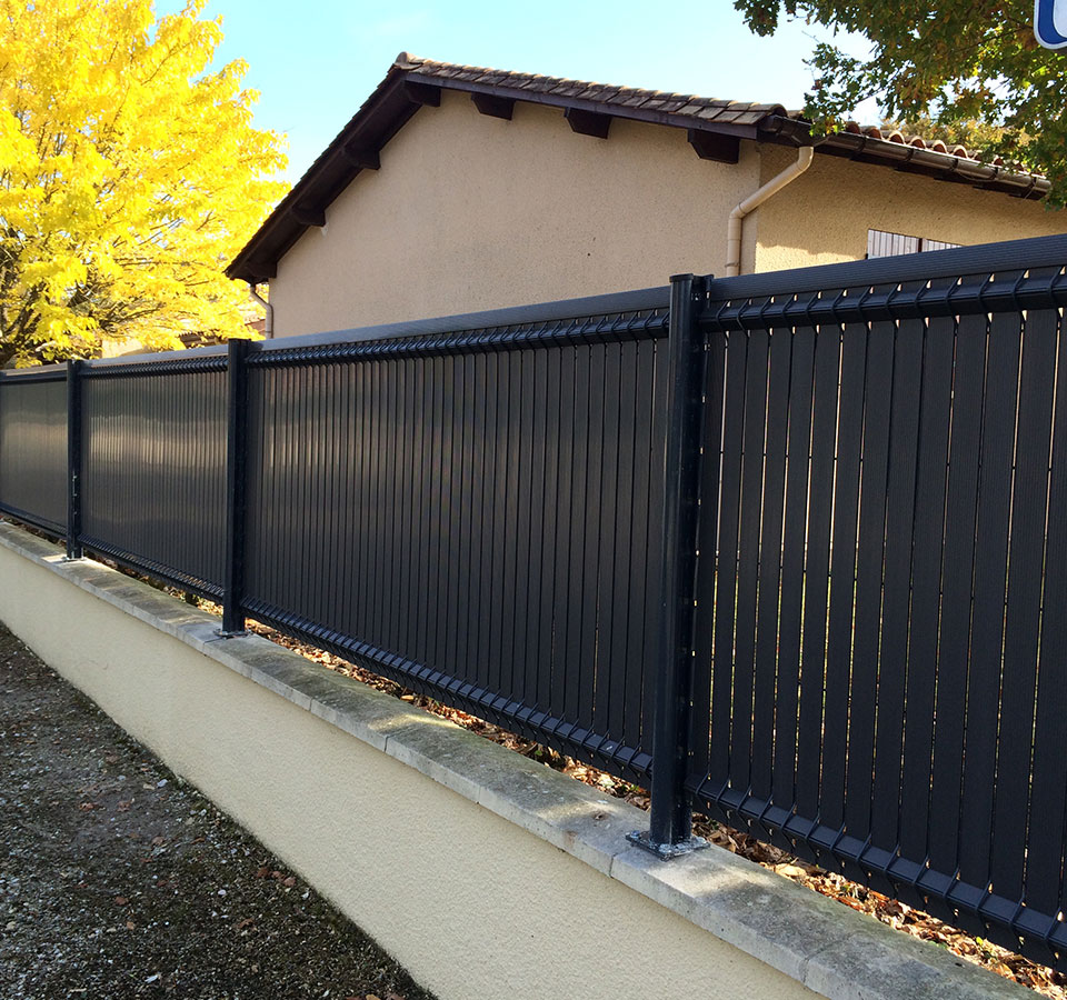 pourquoi faire appel à un poseur pour installer sa clôture ?