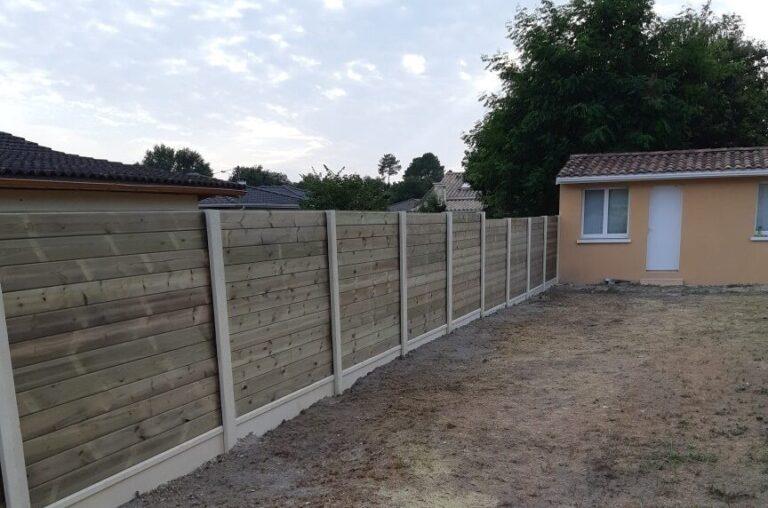 25ml clôture mixte bois béton ht 2m00 à La Brède